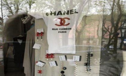 Accessori contraffatti in vendita in un negozio del centro
