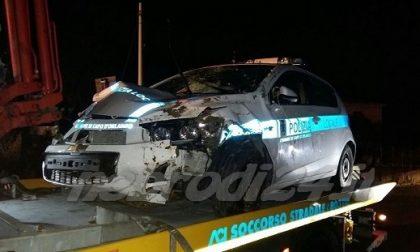 Camion investe auto della Polizia Locale