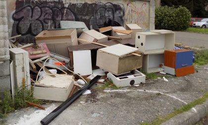 Le vie di Vercelli sepolte da immondizia