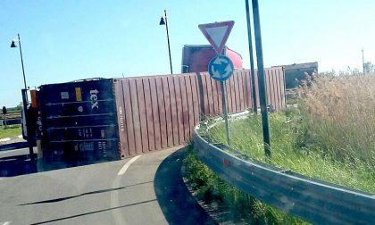 Tir si rovescia alla rotonda di Formigliana