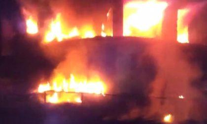 A fuoco due piani di un condominio
