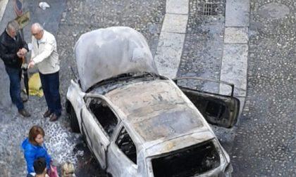 Auto distrutta dalle fiamme in via Verdi