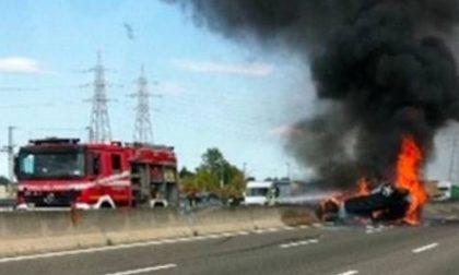 Auto prende fuoco sull'autostrada