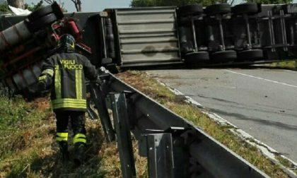 Camion si ribalta sulla A21