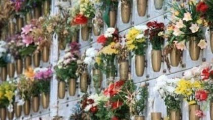 Caresana, rubati 50 vasi in rame al cimitero