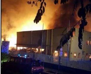 Incendio alla ex Olivetti. Un operaio e 5 vigili del fuoco ustionati - La fotogallery