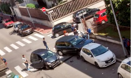 Incidente tra due auto poco fa in via Borgogna