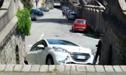 L'auto scivola giù dallo scalone…