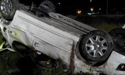 L'auto si capotta, ferita bimba