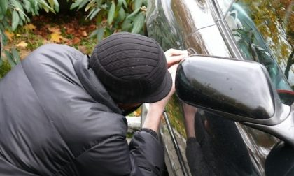 Si intrufola in un auto per rubare le sigarette!