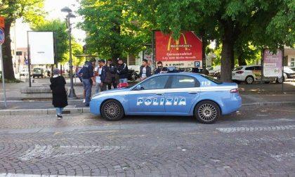 Controlli della Polizia su un gruppo di giovani in piazza Roma