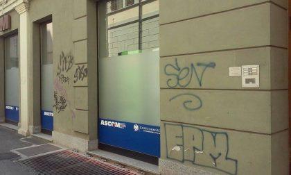 """Vercelli, via Laviny imbrattata dai """"teppisti"""" delle bombolette spray!"""