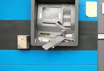 Fanno esplodere il bancomat ma poi fuggono
