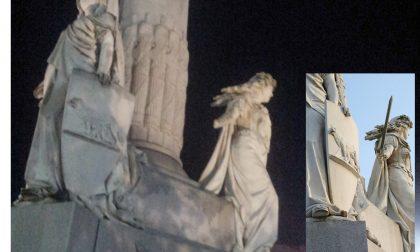 Statua in piazza Pajetta senza braccio da tre anni