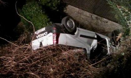 Ventenne ubriaco finisce con l'auto nella scarpata