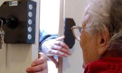 Si fingono poliziotti e derubano un'anziana