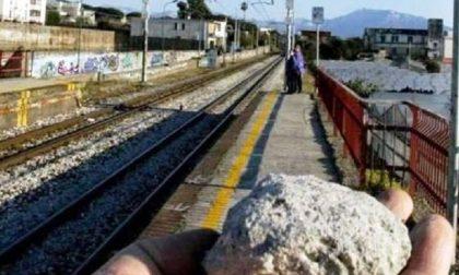 CRONACA: Sassi contro il treno Vercelli-Pavia
