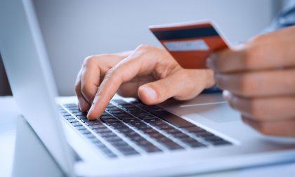 Paga la vacanza con la carta di credito della ex