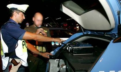 Ubriaco al volante, viene a prenderlo cugino sbronzo…