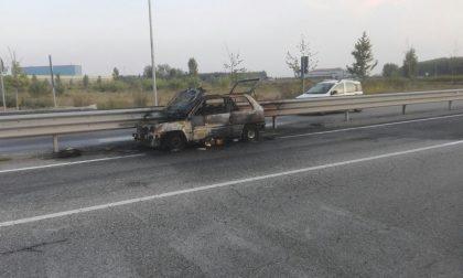 VERCELLI: Veicolo in fiamme