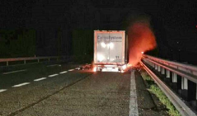 Camion incendiato traffico A4 in crisi
