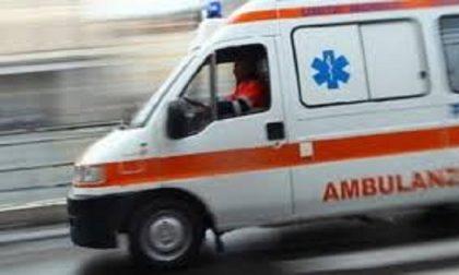 Impatto fra due auto: una persona all'ospedale