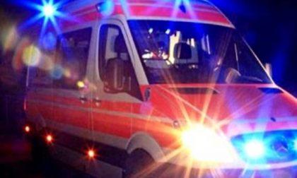 Tronzano, auto si ribalta in una risaia: donna in codice rosso