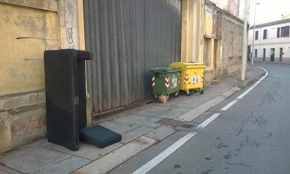 Mobili abbandonati sul marciapiede