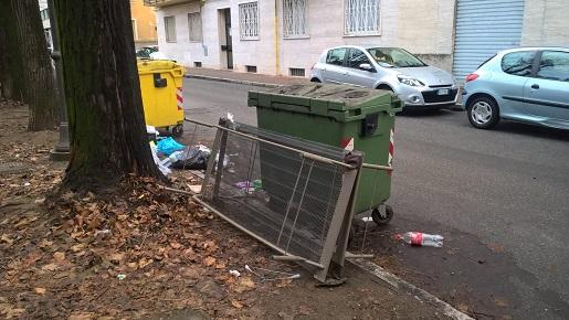 rifiuti sulla strada, vercelli