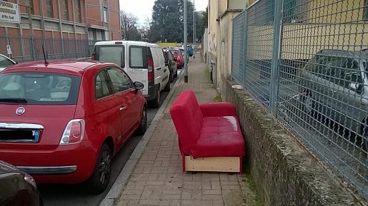ancora mobili abbandonati, rifiuti, immondizia