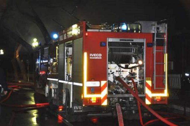 Incendio auto vicino al casello A26