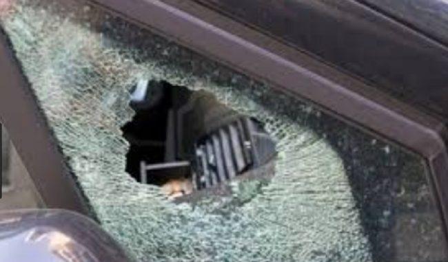 Spaccano vetro auto e poi rubano materiale scolastico
