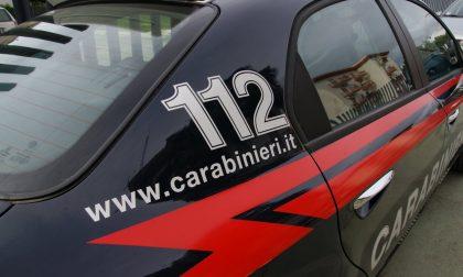Coppia litiga in piazza, l'uomo insulta i carabinieri