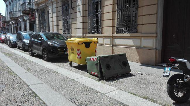 Cassonetto rovesciato in via Verdi