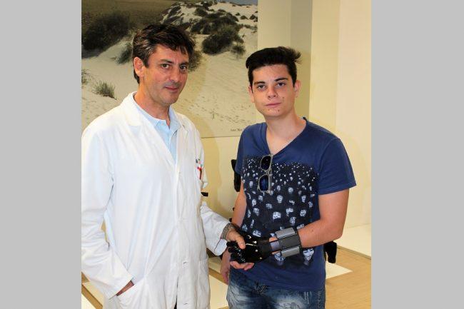 Protesi bionica alla mano per un giovane vercellese