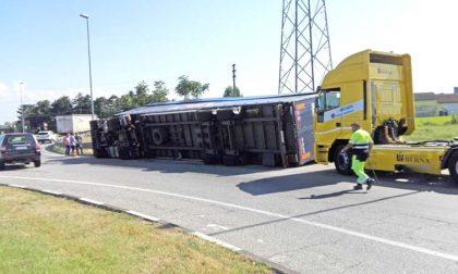 Camion rovesciato in tangenziale: le foto