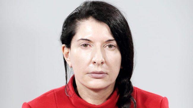 Marina Abramovic aggredita, un uomo la colpisce con una tela: fermato