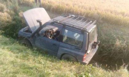 Auto nel canale recuperata dai Vigili del Fuoco