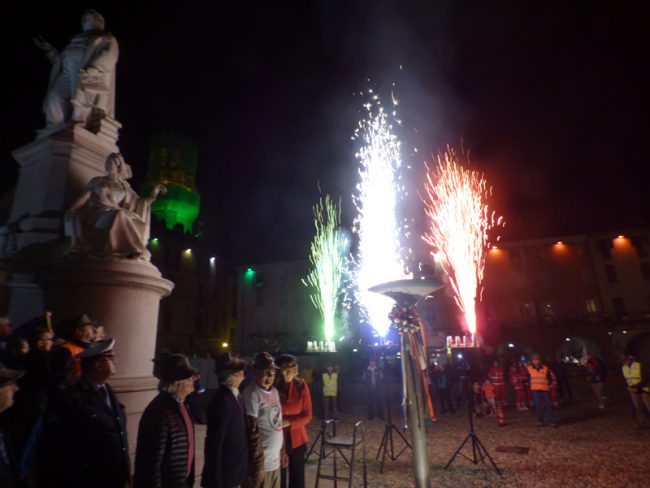 Viva gli Alpini! La fiamma del Raduno in piazza Cavour