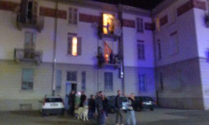 La Polizia salva donna nell'incendio di piazza Galilei