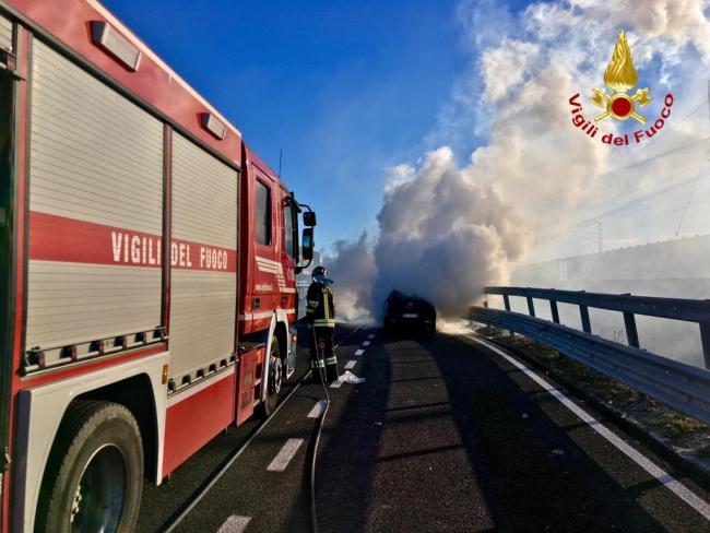 Auto a fuoco in autostrada