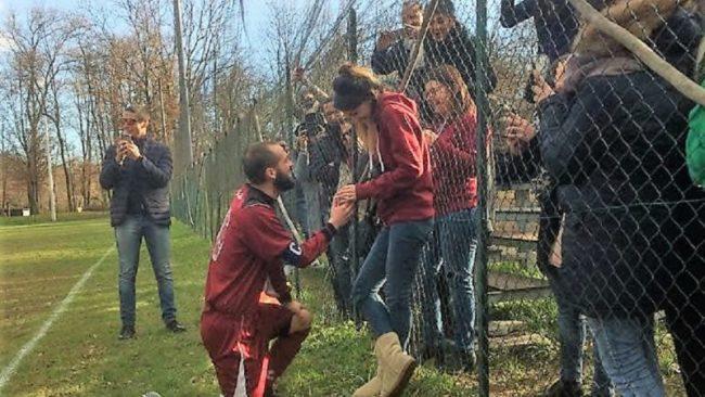 Il calciatore Sangalli chiede la mano alla fidanzata prima della partita