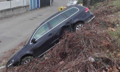 Auto nella scarpata dopo l'incidente