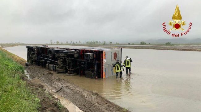 Camion si ribalta in risaia: autista ferito