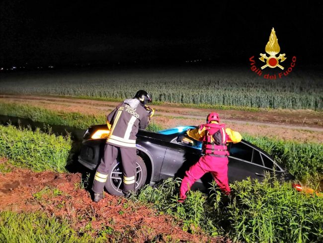 Abbandona l&#8217&#x3B;auto nel fosso dopo l&#8217&#x3B;incidente