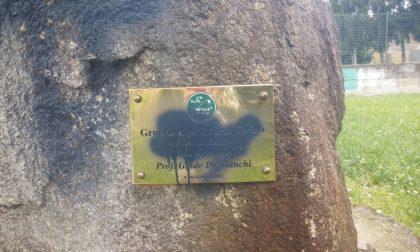 Monumento alpino imbrattato dai vandali