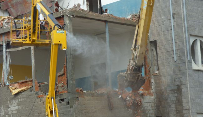 Demolizione Liceo Scientifico Vercelli: i muri si sgretolano