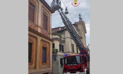 Cornicione pericolante in centro: intervento dei vigili del fuoco