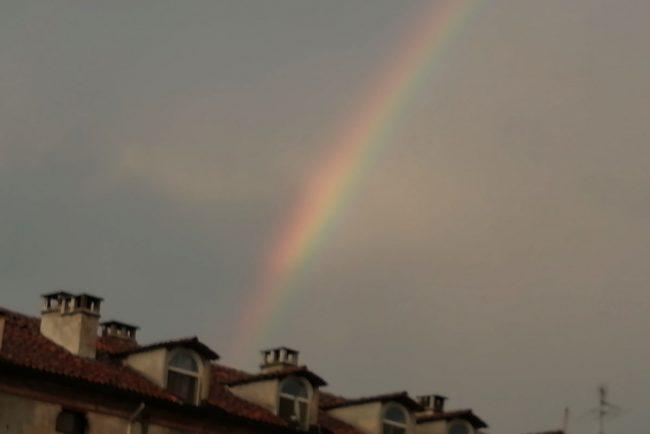 Nel cielo di Vercelli un arcobaleno all'improvviso
