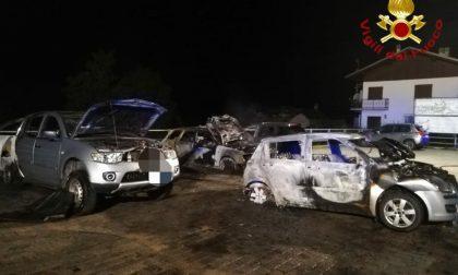 Auto in fiamme nel parcheggio